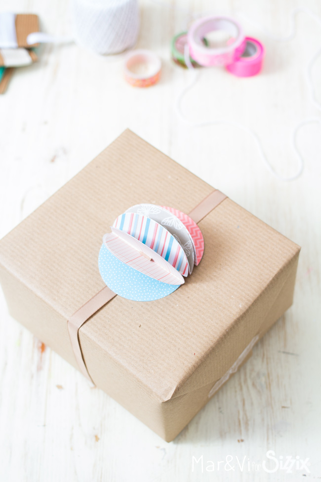 gift-wrapping-paper-pompom-2