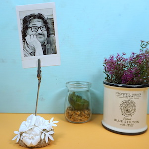 White flowers photo holder